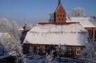 Bücherei und Kirche im Winter